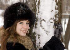 Coração do desenho da mulher nova na árvore Imagem de Stock