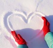Coração do desenho na neve Foto de Stock