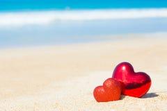 Coração do doce dois no amor do fundo do sumário do céu azul da praia da areia Foto de Stock Royalty Free