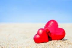 Coração do doce dois no amor do fundo do sumário do céu azul da praia da areia Fotos de Stock