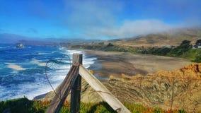 Coração do fio em uma cerca do penhasco do oceano fotografia de stock royalty free