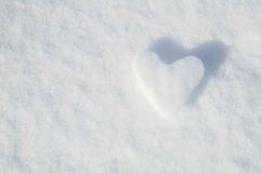 Coração do gelo em um fundo da neve Fotos de Stock