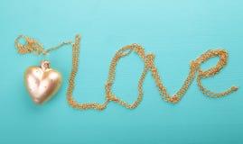 Coração do ouro com corrente do ouro Fotografia de Stock