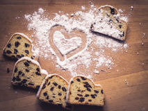 Coração do pó do bolo e do açúcar de Stollen fotos de stock