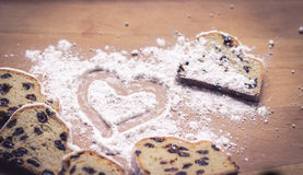Coração do pó do bolo e do açúcar de Stollen fotos de stock royalty free