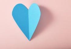 Coração do papel azul no papel cor-de-rosa Fotos de Stock Royalty Free