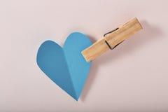 Coração do papel azul no papel cor-de-rosa Imagem de Stock Royalty Free