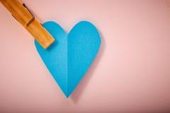 Coração do papel azul no papel cor-de-rosa Fotografia de Stock