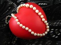 Coração do Valentim com pérolas Fotos de Stock Royalty Free