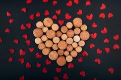 Coração do Valentim das cortiça do vinho no fundo fotografia de stock