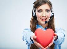 Coração do vermelho do símbolo do amor da posse do operador de centro de atendimento da mulher Fim acima foto de stock