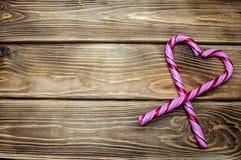 Coração dos doces em um fundo de madeira do amor do dia de Valentim fotos de stock royalty free