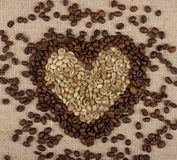 Coração dos feijões de café verdes e marrons Fotos de Stock