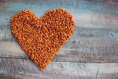Coração dos feijões no bakground da tabela imagem de stock