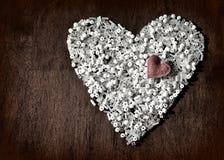 Coração dos grânulos brancos com coração pequeno na parte superior vintage Copie o espaço Imagens de Stock Royalty Free