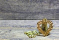 Coração dourado e pedras coloridas, minerais Fotos de Stock Royalty Free