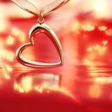 Coração dourado no fundo vermelho de ardência Fotografia de Stock Royalty Free