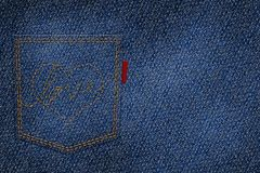 Coração e amor do bordado com a linha vermelha no bolso traseiro Foto de Stock