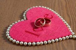 Coração e anel dois vermelhos Fotografia de Stock Royalty Free
