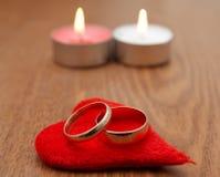 Coração e anel dois vermelhos Fotos de Stock