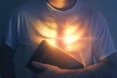 Coração e a Bíblia de incandescência foto de stock