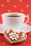 Coração e café do pão-de-espécie imagem de stock royalty free