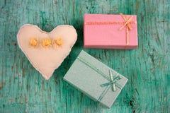 coração e caixas de presente enchidos do brinquedo foto de stock royalty free