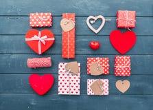 Coração e caixas de presente sobre o fundo de madeira Configuração lisa Fotos de Stock Royalty Free