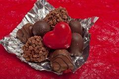 coração e chocolates vermelhos no sisal vermelho Fotos de Stock Royalty Free