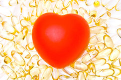Coração e comprimidos vermelhos Fotografia de Stock Royalty Free