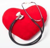 Coração e estetoscópio vermelhos Fotos de Stock