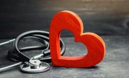 Coração e estetoscópio vermelhos O conceito do seguro da medicina e da saúde, família, vida ambulância Cuidados médicos da cardio fotografia de stock royalty free