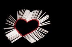 Coração e fósforos de segurança de madeira imagens de stock
