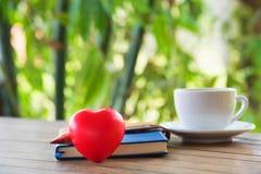 Coração e fundo vermelhos foto de stock