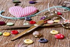 Coração e noções em uma superfície de madeira Imagem de Stock Royalty Free