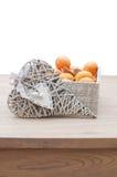 Coração e pão-de-espécie decorativos com tangerina Imagens de Stock