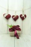 Coração e presente no fundo de madeira Foto de Stock