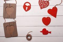 Coração e quadro na tabela de madeira Dia do Valentim Arte Imagens de Stock Royalty Free