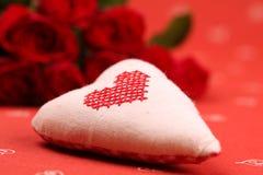 Coração e rosas bordados Fotografia de Stock