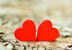 Coração em um fundo de madeira Fundo ao estilo do dia do ` s do Valentim Fotos de Stock Royalty Free