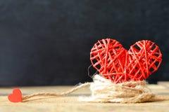 Coração em um fundo de madeira Fundo ao estilo do dia do ` s do Valentim Fotografia de Stock