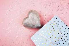 Coração em um pacote bonito do presente imagens de stock