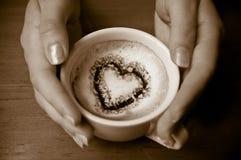 Coração em uma chávena de café Fotografia de Stock
