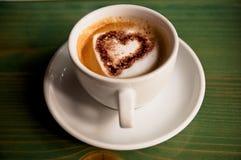 Coração em uma chávena de café Fotografia de Stock Royalty Free