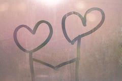 Coração escrito à mão em um vidro úmido fotografia de stock