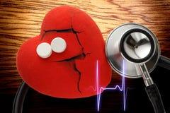 Coração, estetoscópio e comprimidos vermelhos Fotos de Stock Royalty Free
