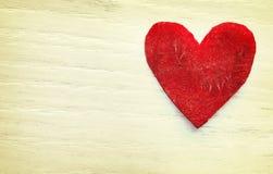 Coração estilizado retro feito da beterraba no fundo do grunge Fotografia de Stock