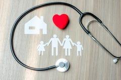 Coração, família, casa e estetoscópio vermelhos foto de stock royalty free