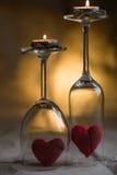 Coração, fechado nos vidros de vinho de vidro com as velas ardentes Imagens de Stock Royalty Free