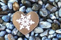Coração feito à mão de matéria têxtil em pedras Imagens de Stock Royalty Free
